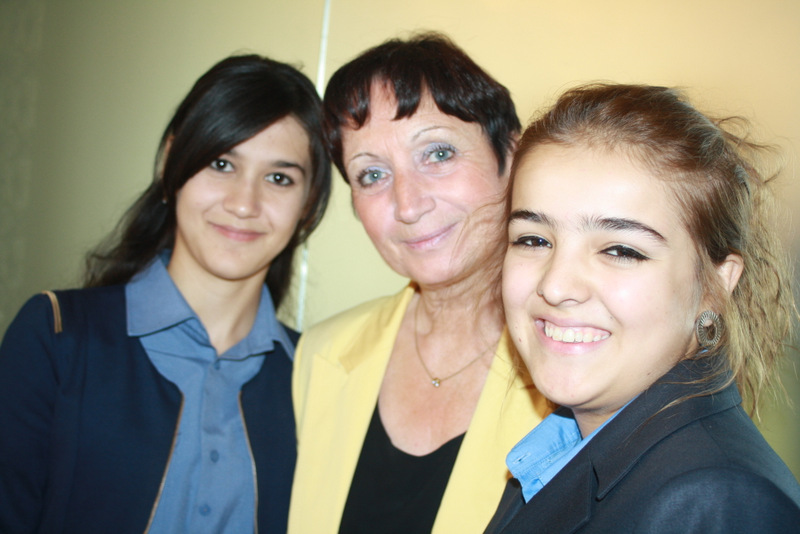 Dagmar Ouzoun, ETF country manager for Tajikistan with students,  Aziza Islamova (l) and Farsona Alimova (r) at the Central Asian Regional Forum on School Development in Dushanbe, Tajikistan, on 25 September.